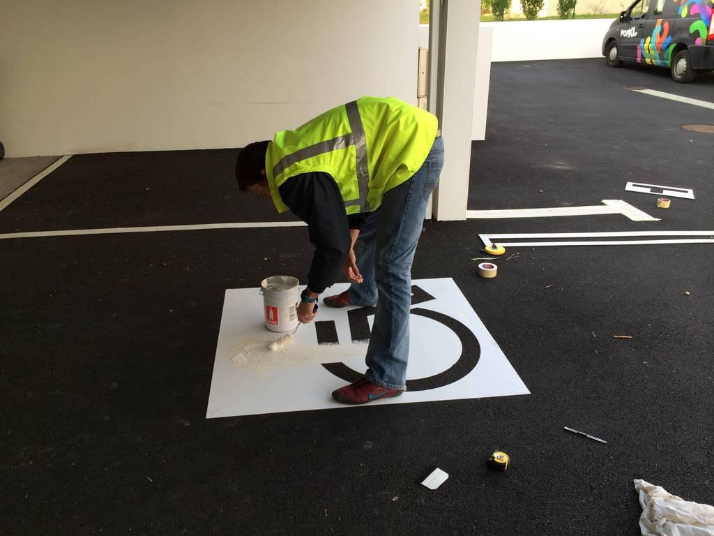 d limitation de parking et place handicap peinture epoxy pour sol. Black Bedroom Furniture Sets. Home Design Ideas